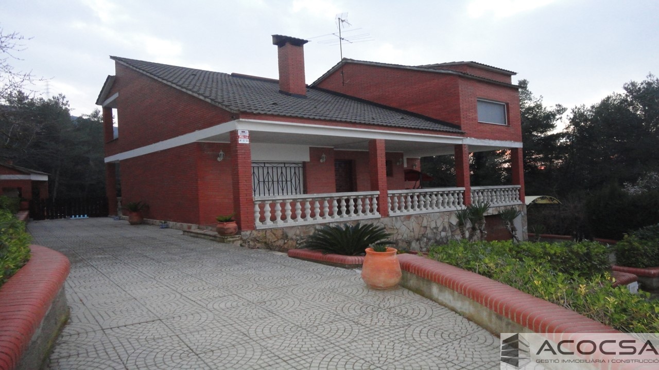 Casa con piscina en parcela de 2438 m2